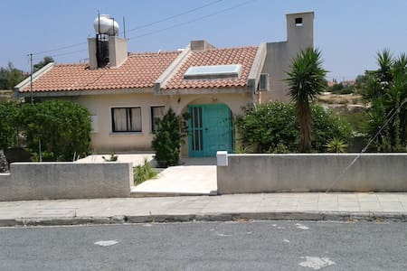 Cozy  4 bed house 10 min from L/sol - Limassol - House