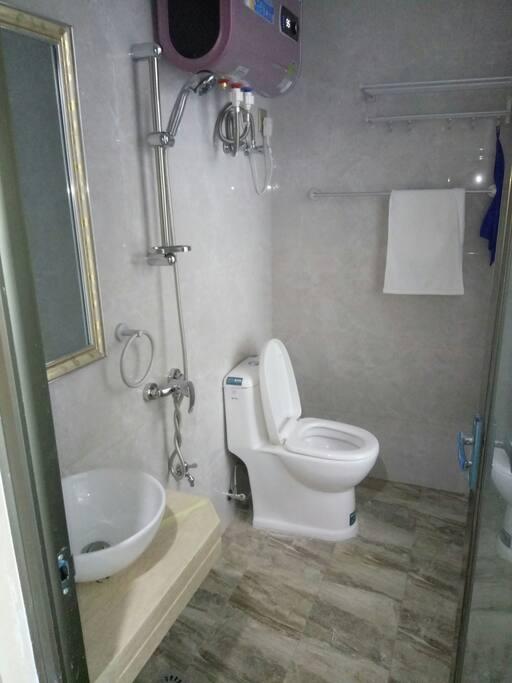 主房带坐的厕所冲凉一体。