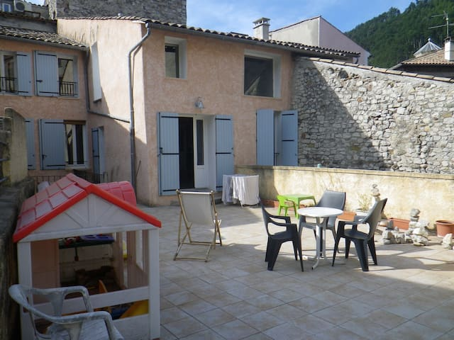 Grand appartement style loft - Sisteron - Huoneisto