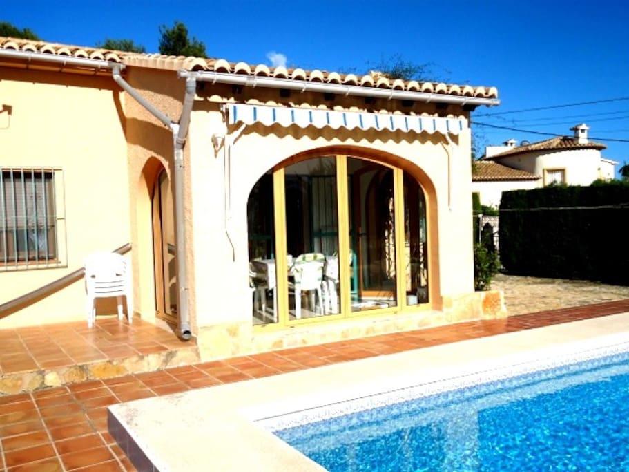 Villa con piscina privada case in affitto a calp for Villas con piscina privada