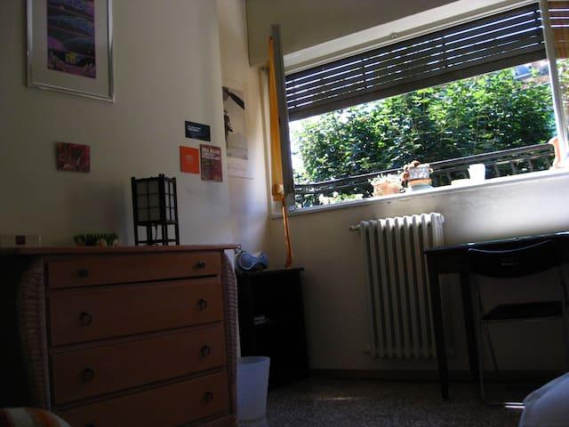 Camera  spaziosa vista alberi  (uno o due letti )