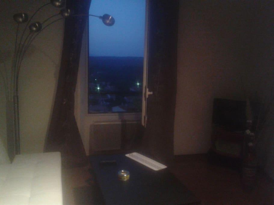 Le salon est tres lumineux et donne sur une super vue des montagnes tout comme la chambre ou il y a la meme vue