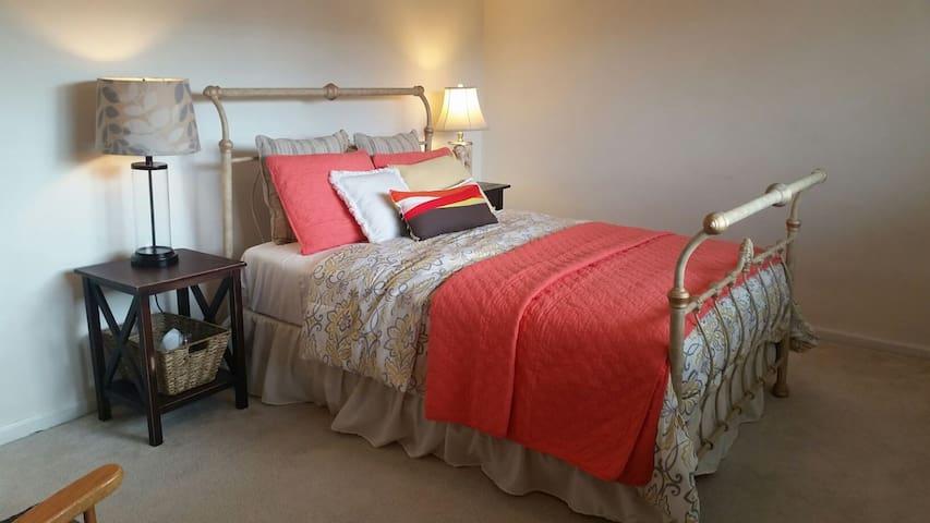 Cozy Large  Upstairs bedroom. - 吉爾羅伊(Gilroy) - 獨棟