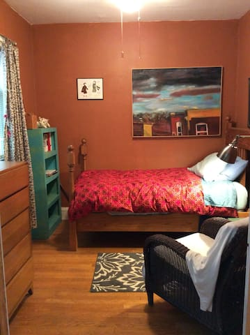 Sweet, restful bedroom for one in Albany Park