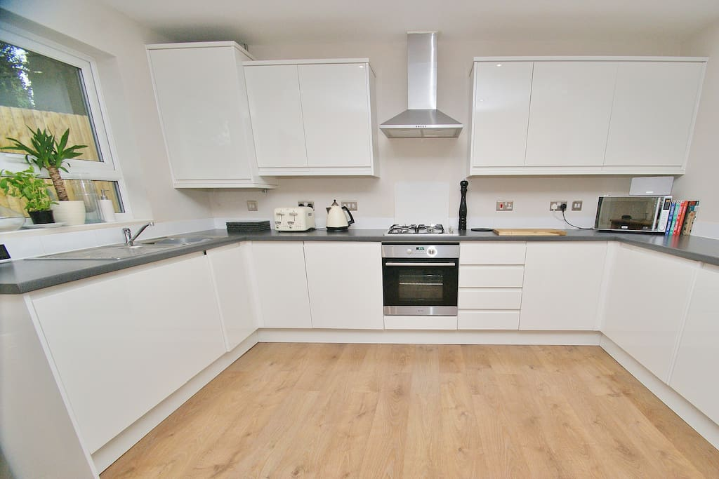 Fully equipped and integrated kitchen - loads of wine glasses, champagne flutes, cooking utensils etc.