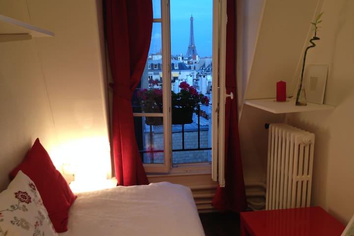 Chambre rouge avec vue sur Tour Eiffel
