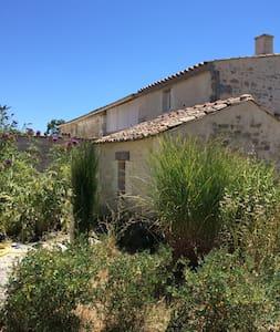 Petite maison charentaise, charme et pierres - Arces