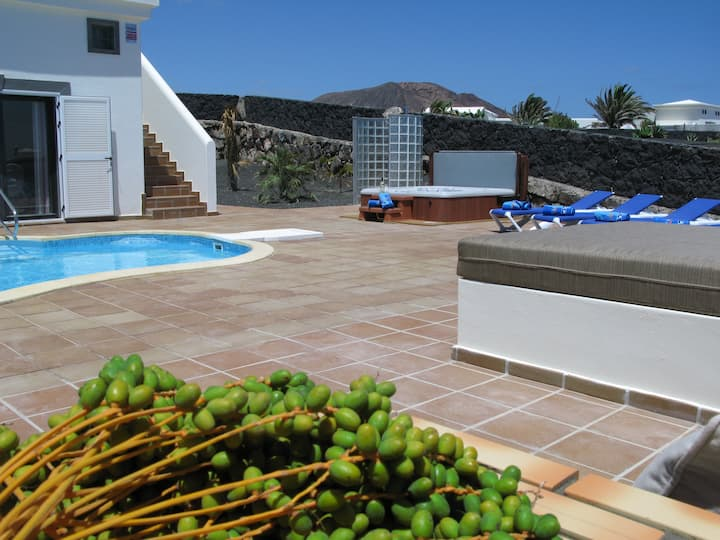 Heated Pool, HotTub, Roof Terrace, WiFi, Sea Views