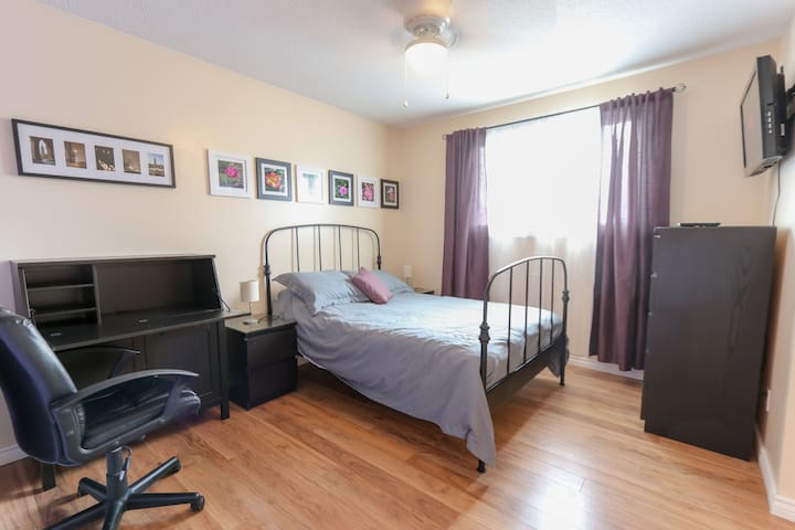 Bright Private Bedroom: lovely, quiet community II