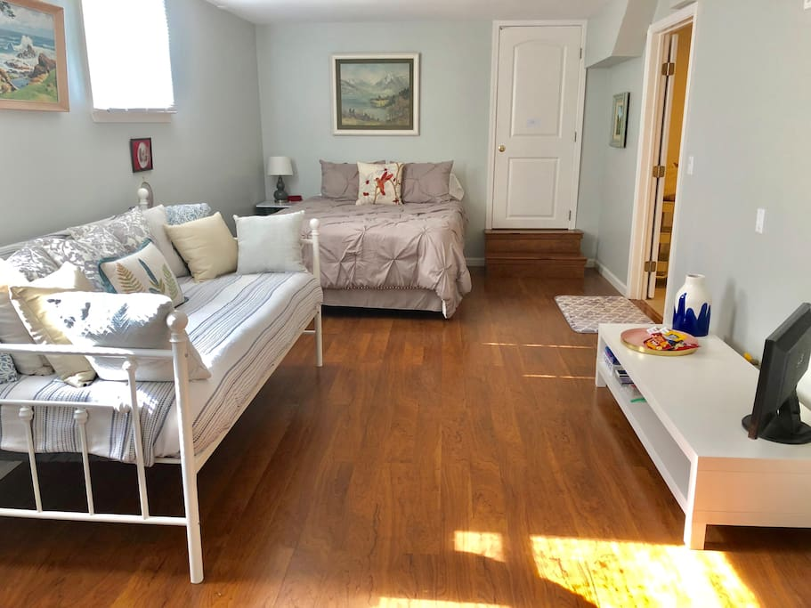 Spacious light-filled room with queen bed, and lucious daybed with optional trundle (2 twin beds)