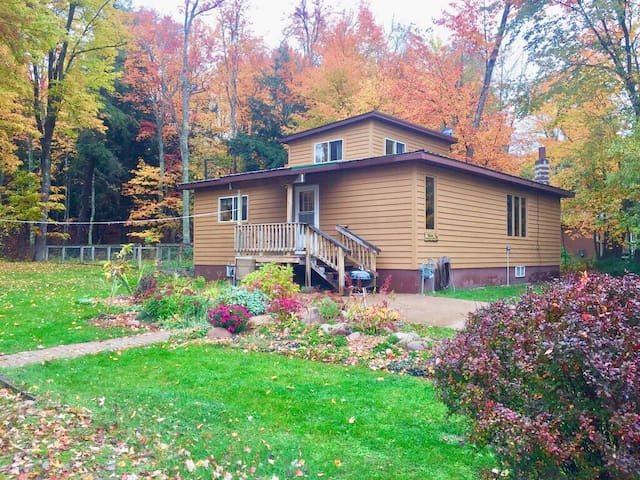 3 bedroom Winter Getaway! Trail access & parking!