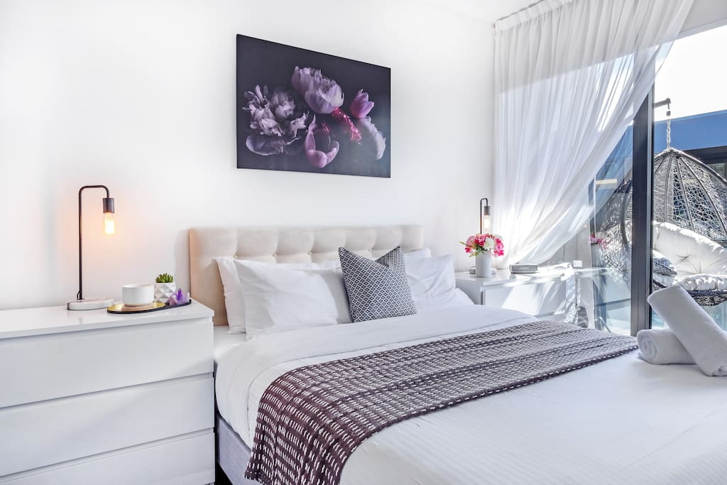 Wake up in this cosy and comfortable queen size bed lined with hotel quality linen - cleaned and prepared before you arrive.