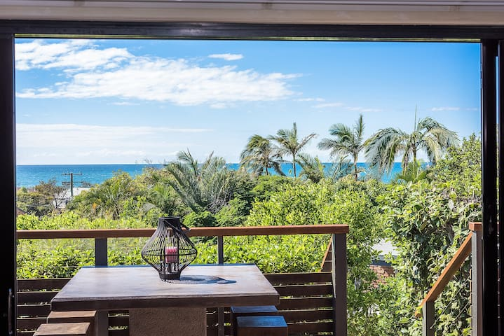 Stylish Beach Loft, Stunning Views in Peregian