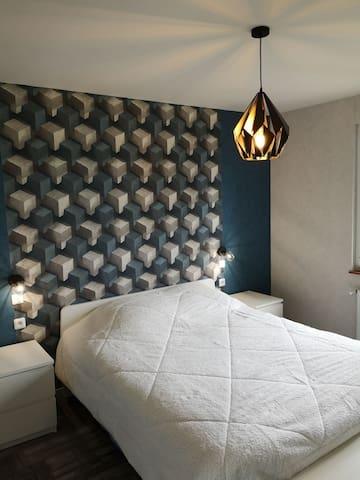 Chambre lit 160 sur 200 avec dressing  et vu sur le jardin.
