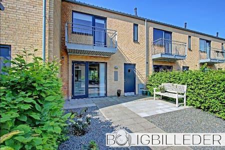 Dejligt nyere rækkehus i skønne omgivelser - Smørum - Hus