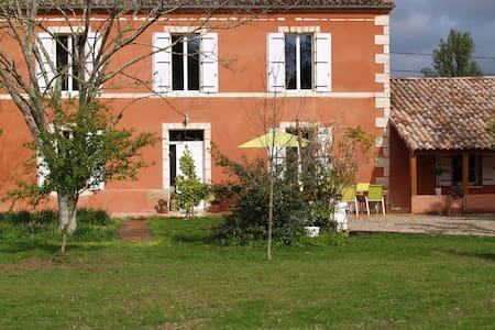 Maison Sarrau - Varès - ที่พักพร้อมอาหารเช้า