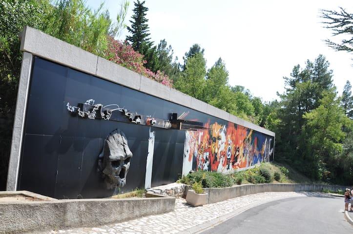 Logement accueillant, vue vallée - Tautavel - Hus
