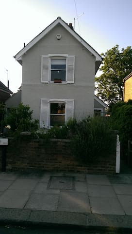 Lovely room in quirky house - Enfield