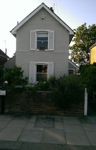 Lovely room in quirky house - Enfield - Talo