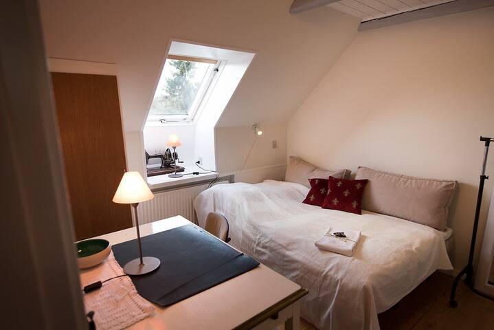 Nordvendt lille værelse på 1. sal i gl. skole - Nibe - Aamiaismajoitus