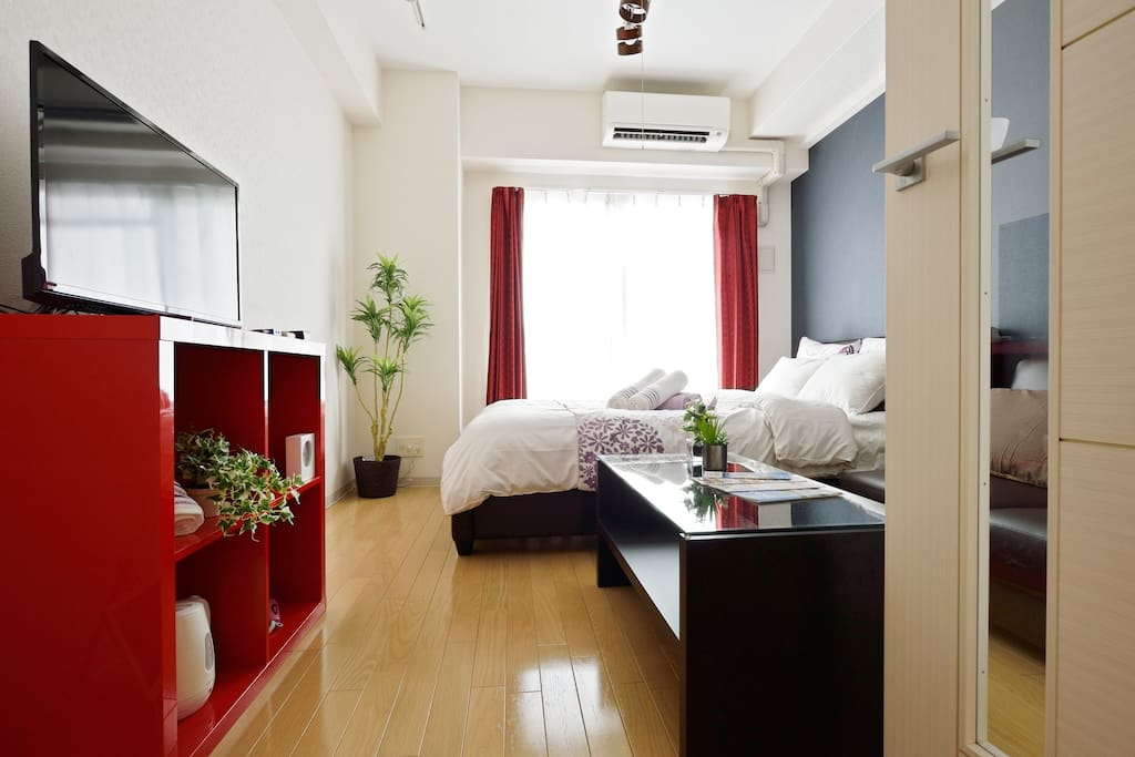 Great convenience, Just 30 min to USJ, 5 min walk to Osaka Namba JR station and OCAT(Osaka City Air Terminal), near by shopping mall, convenience stores, restaurants and electronics stores. Entire home for you, Double Beds and Bed for 4, FREE wifi