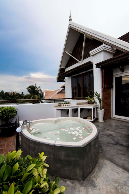 The outdoor tub at the spacious balcony