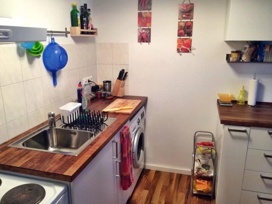 Küche mit Waschmaschine, die ihr gern nutzen könnt.