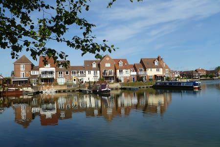 Sunny double room on Thames marina - Abingdon
