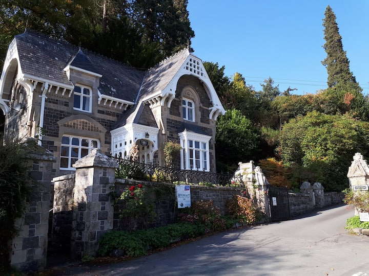 Quaint Victorian country cottage Broneirion Lodge