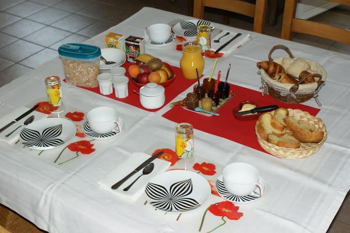 Chambre d'hôtes LA MAISON BLEUE CANTAL - Chastel-sur-Murat - Bed & Breakfast