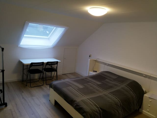 Ruime zolderkamer / Spacious attic in Dukenburg!