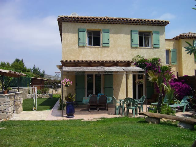 Petite villa au calme avec piscine saint laurent du var - Piscine saint laurent du var ...
