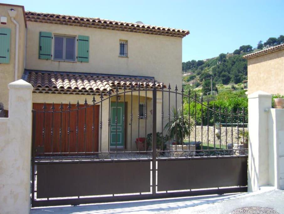 Maison (entrée, stationnement)