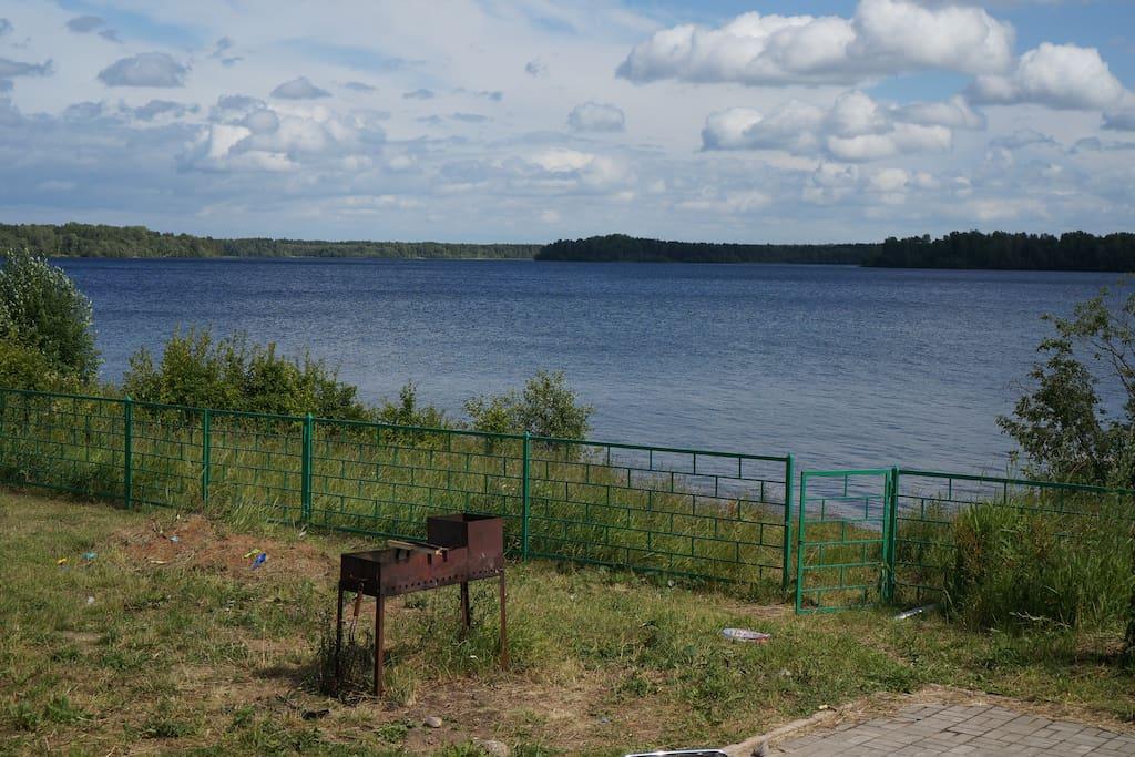 площадка для отдыха перед домом у воды