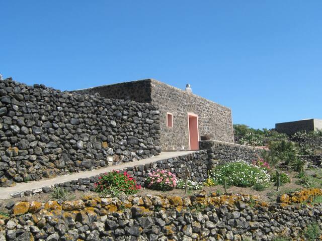 Dammuso fra i vigneti di Pantelleria