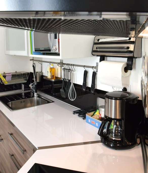 Plan de travail au look épuré et moderne, avec tout pour cuisiner!