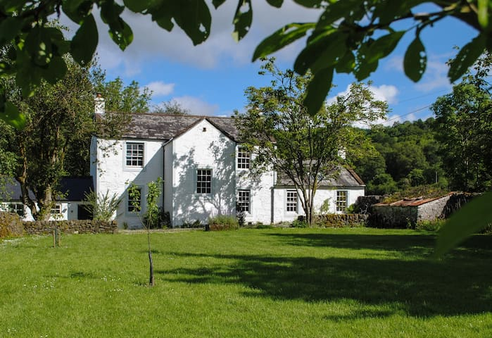 Old Schoolhouse - lovely riverside house