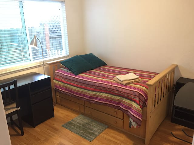 Small room with twin bed, desk & shared bath - MV - Mission Viejo