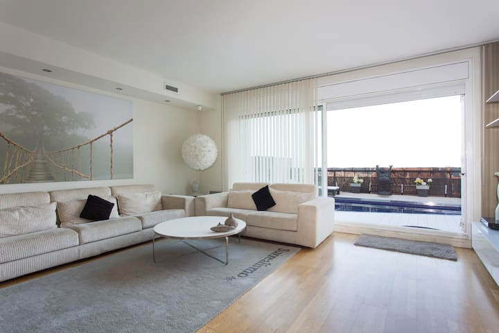 Modern house with private pool - Badalona - House