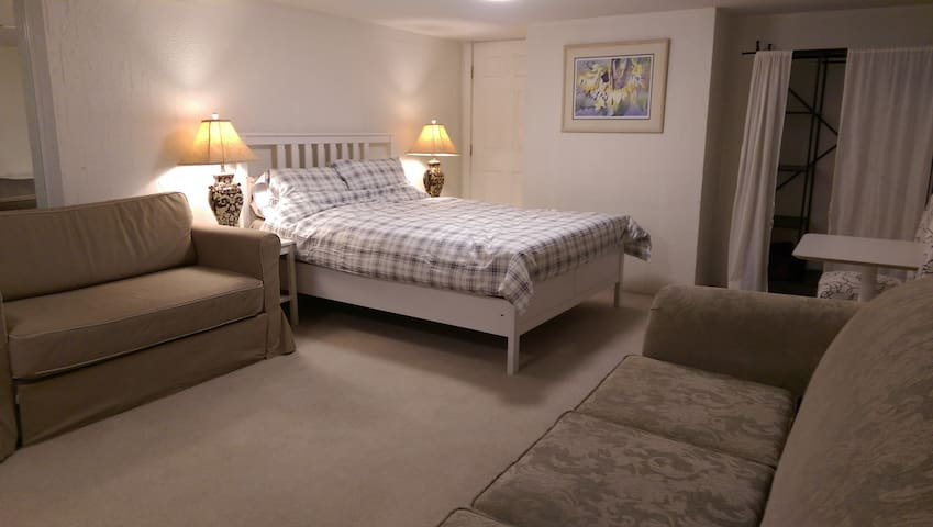 COZY 2-bedroom Suite c/ Kitchen, Parking Room #2