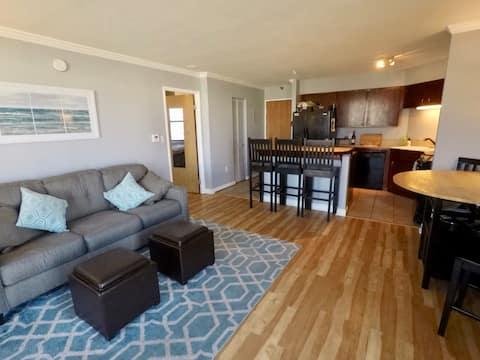 Sunny urban 1BR condo, amazing location & views!