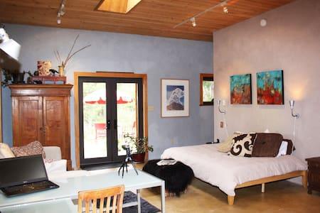 Tranquil Taos Mountain Artisan Casa - Valdez - Rumah