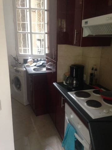 cuisine équipée four, plaques, réfrigérateur, congélateur et machine à laver le linge