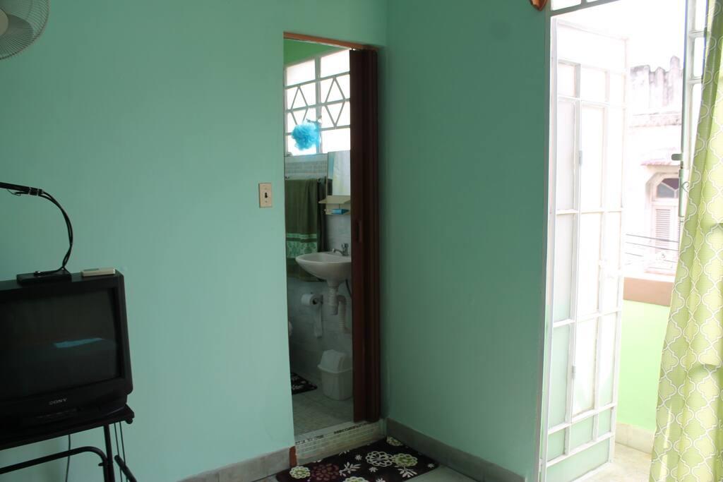 Se muestran dos entradas mas: hacia el baño y hacia el balcon