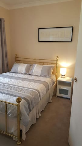 "Modern Spacious Adelaide ""Queen Room"" (QUEEN Bed) - Brompton"
