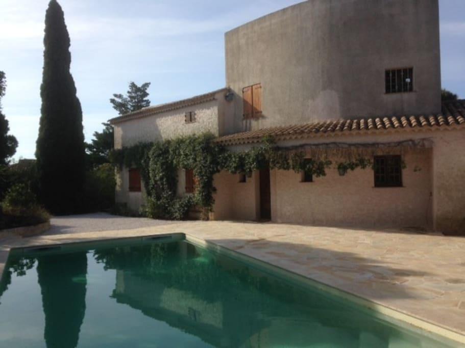 Villa de charme vue mer et piscine maisons louer for Camping cavalaire sur mer avec piscine
