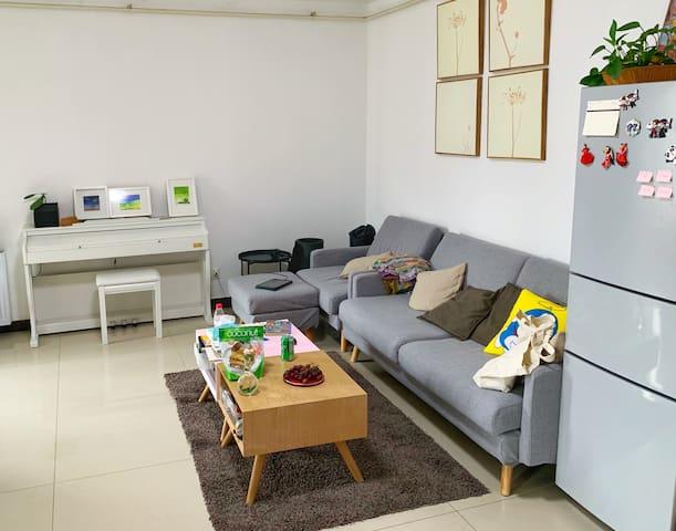 UrbanForests-Room2 落地窗/阳台/沙发/投影仪/楼下公交站/近机场