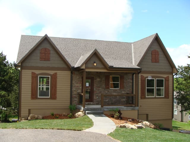 5 br with hot tub, pool table, wet bar and more!
