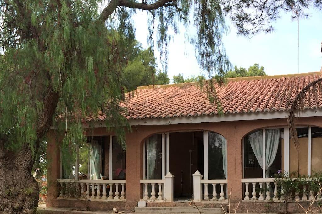 Façade principale de la villa , avec sa  grande et spacieuse véranda