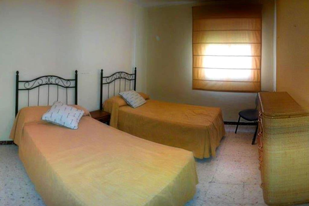 Dormitorio A. Con dos camas individuales que pueden unirse y armario empotrado.